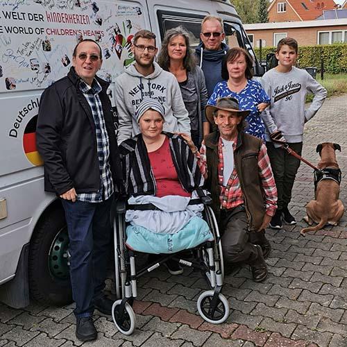 Anna mit Carsten und Manni und Familie vor Kumpel